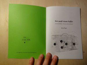 Foto: DIN A5 Zine mit grünen Einband auf der Titelseite aufgeschlagen: Xier packt xiesen Koffer.