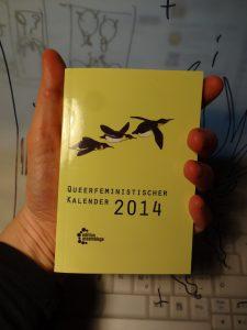 Frontseite des Kalenders in Gelb mit Pinguinen.