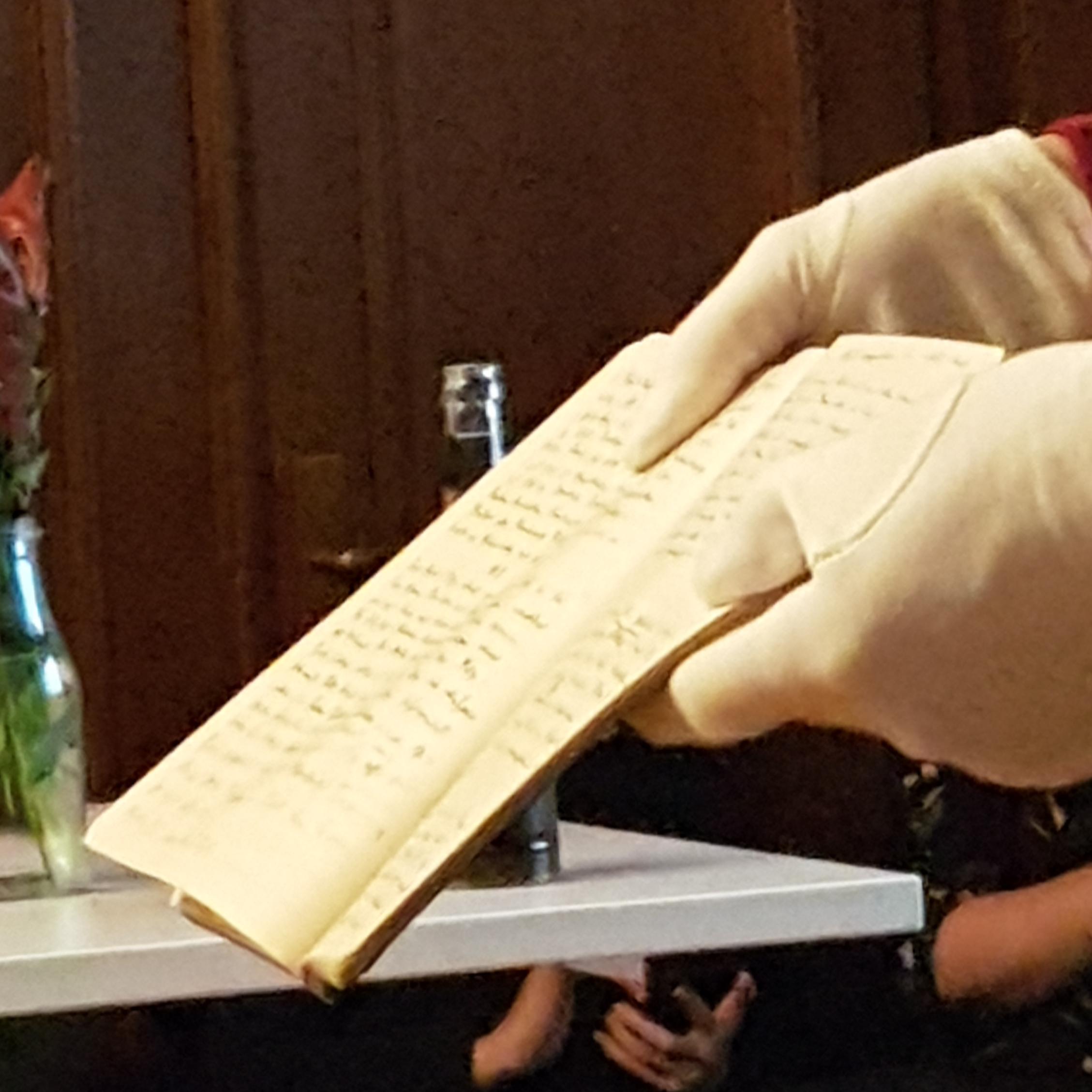 altes Tagebuch in weiss behandschuten Händen