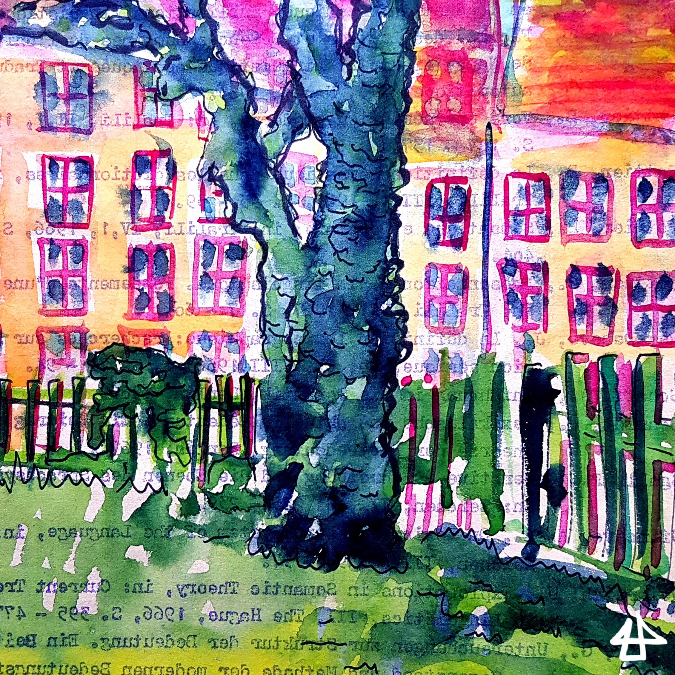 Knorriger bläulicher Baumstamm vor grünem Holzaun, im Hintergrund eine gelbe Hauswand mit vielen Fenster, Fineliner, Aquarell