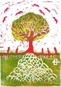 zweifarbig grün-magenta Linoldruck eines Baumes dessen Wurzeln tief in den Boden verzweigen und Raben die um die Baumkrone fliegen.