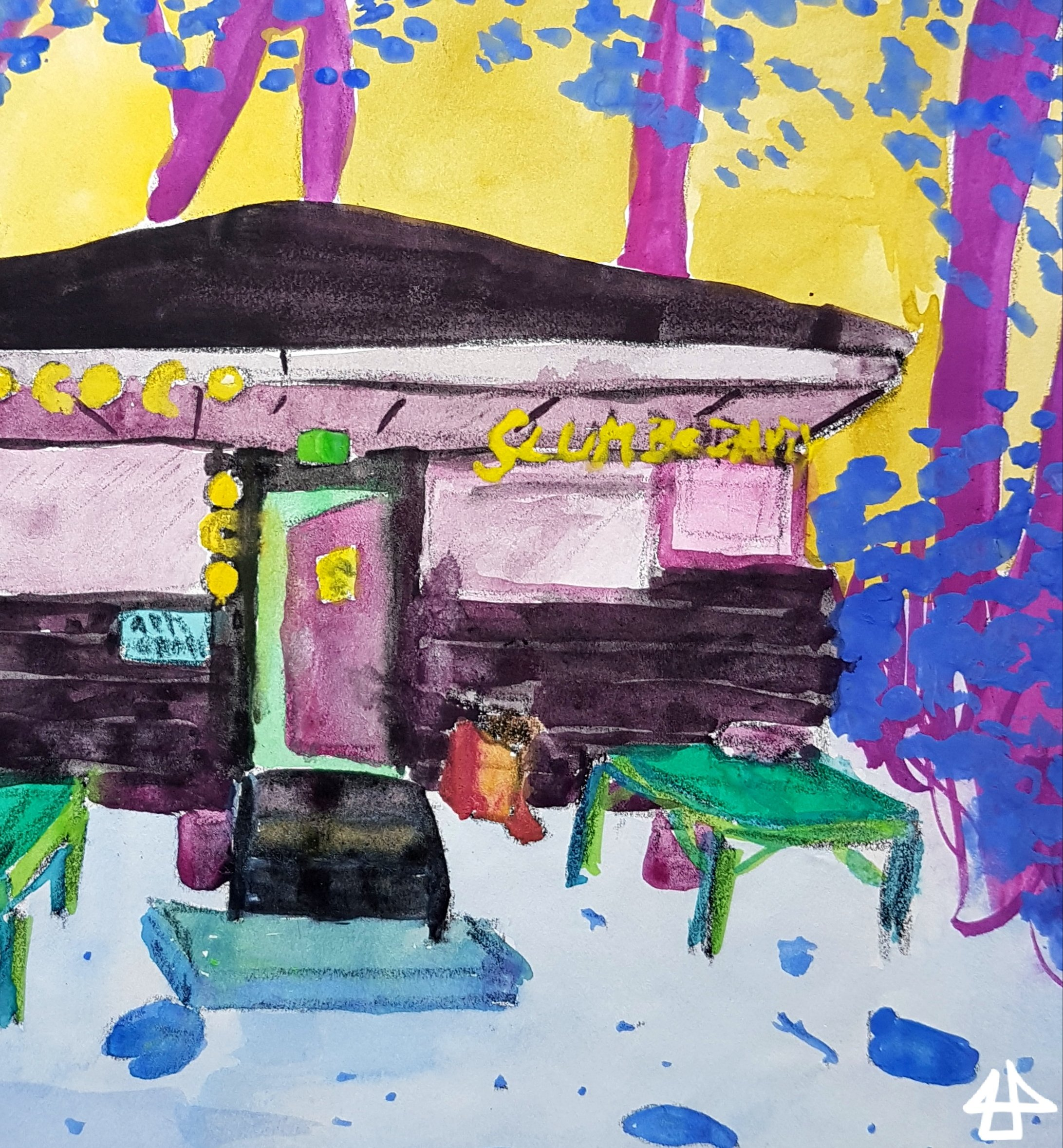 Schulmalfarben auf einfachem Papier. Braunes Holzhaus mit gelben Girlanden im Wald mit Treppenstufen zu offener Tür mit, davor zwei Holztisches, die Bäume des Waldes dahinter sind lilafarben mit blauen Blättern