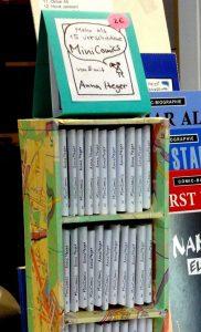 Foto: Aufsteller aus Pappe mit Stadtplanpapier bezogen, mit Minicomics und Preisschild 2€.