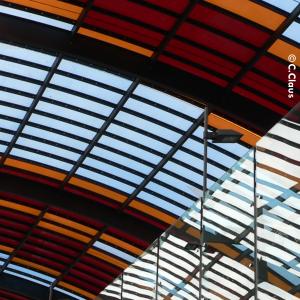 Foto der Glasdecke des Amsterdamer Hauptbahnhofs, weiße, rote, orangefarbene und hellblaue Rechtecke ergeben eine Harmonie, fotografiert von C. Claus.