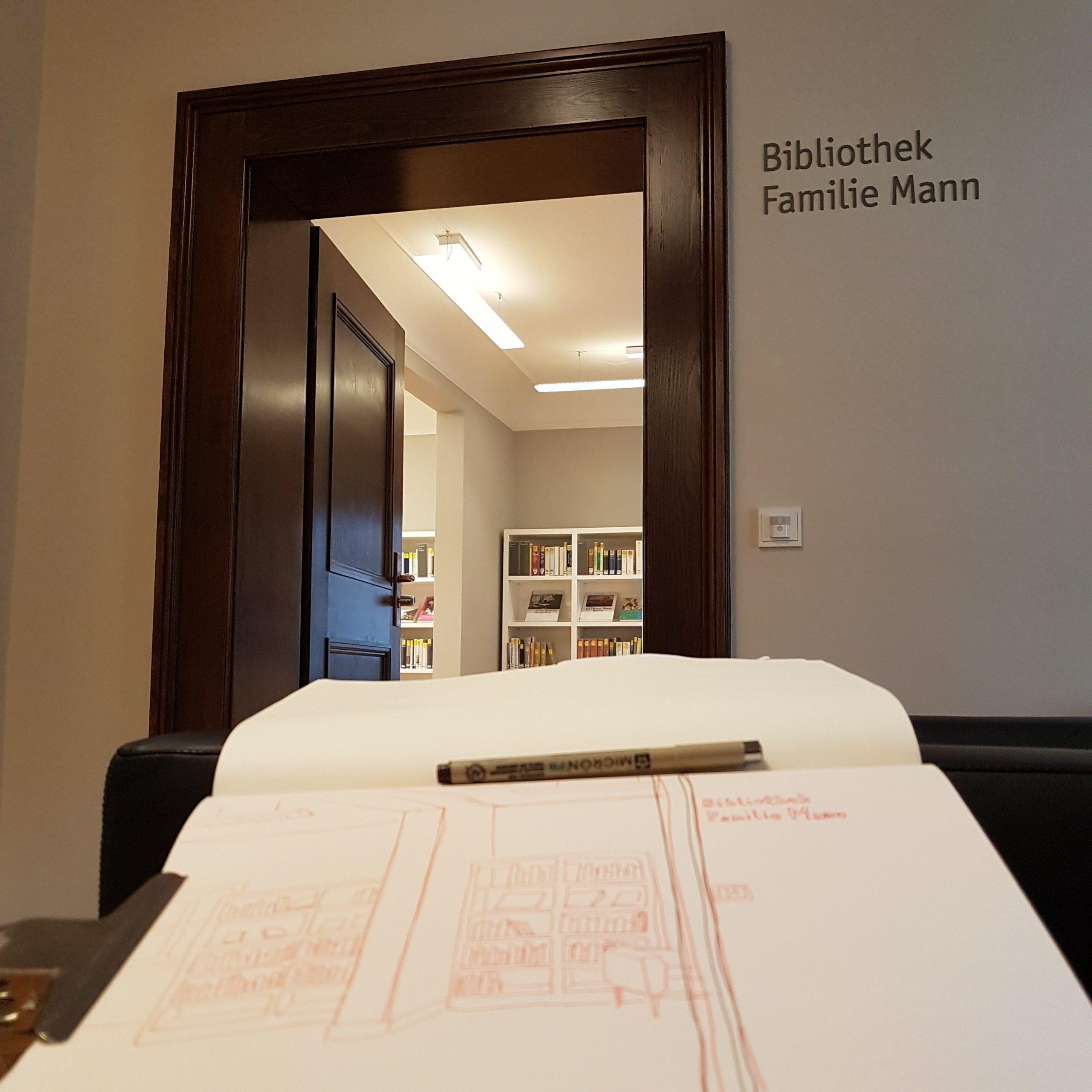 Foto: Blick vom Skizzenbuch zur offenen Tür in die Bibliothek Familie Mann.