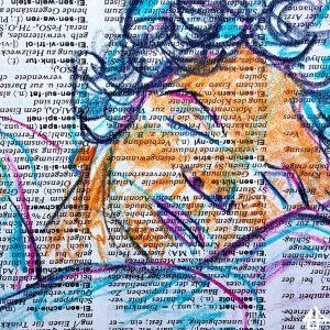 pinke, blaue und orangebraune Buntstifte auf Wörterbuchpapier, Gesichtsausschnitt von Person, die konzentriert nach unten schaut
