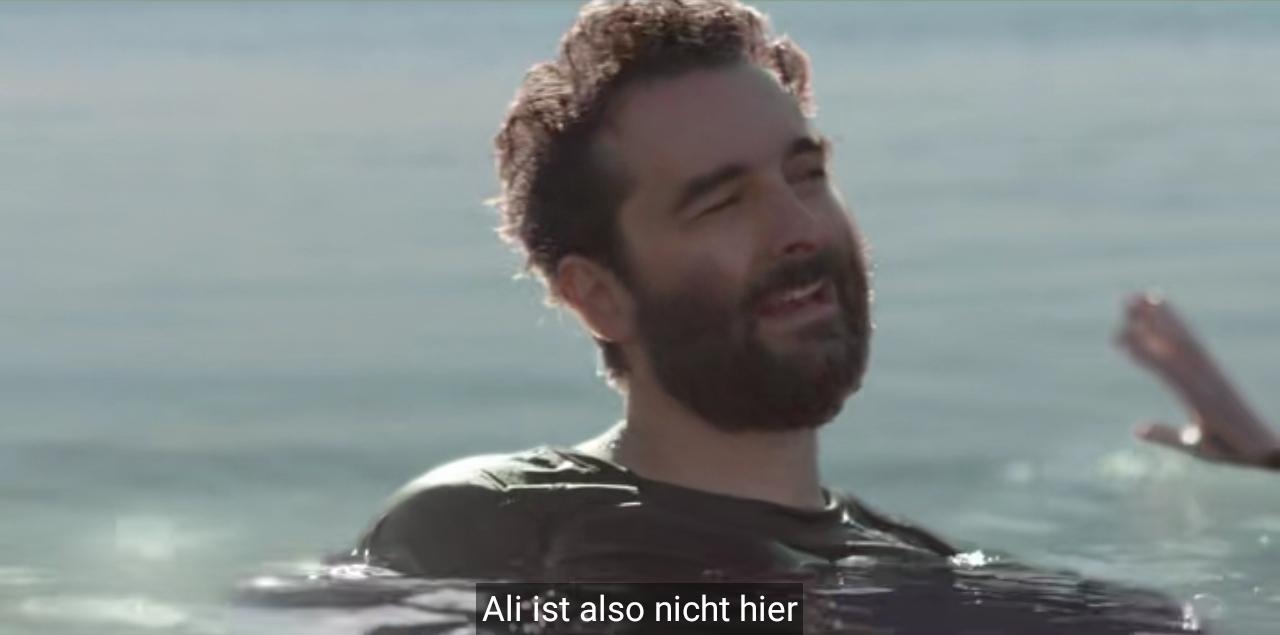 Ein vollbärtiger Mitdreissiger mit schwarzem Shirt tritt Wasser im Toten Meer und sagt: Ali ist also nicht hier.