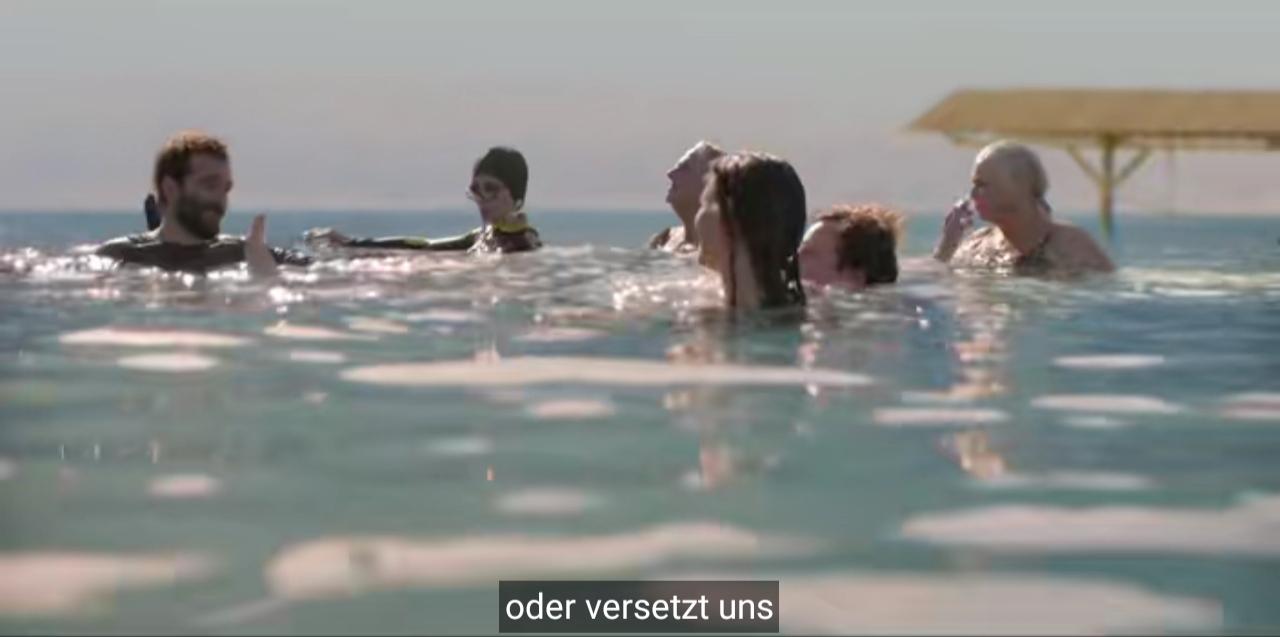 Der bärtige ist mit fünf anderen Menschen verschieden Alters im Wasser und fährt fort: oder versetzt uns.