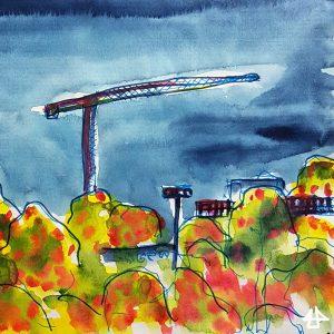 Aquarellierte Zeichnung, Kran und Hochhäuser hinter Herbstbäumen im Abendlicht.