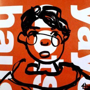 Schnelle Zeichnung mit Filzmarkern auf orangenen Hochglanzpapier mit gedrehten übergroßen Buchstaben. Person mit Halstuch, kurzen Haaren und kleiner Stupsnase. Die angedeuteten Bäckchen könnten auch eine Nickelbrille sein.