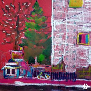 Buntstifte und Aquarell auf rotem Karton. Kleines Seltershäuschen neben einem großen mit weißen Bauplanen verhängten Haus. Hinten ein Laubbaum und eine Tanne, vorn am Zaun ein Fahrrad und die Fahrbahn.