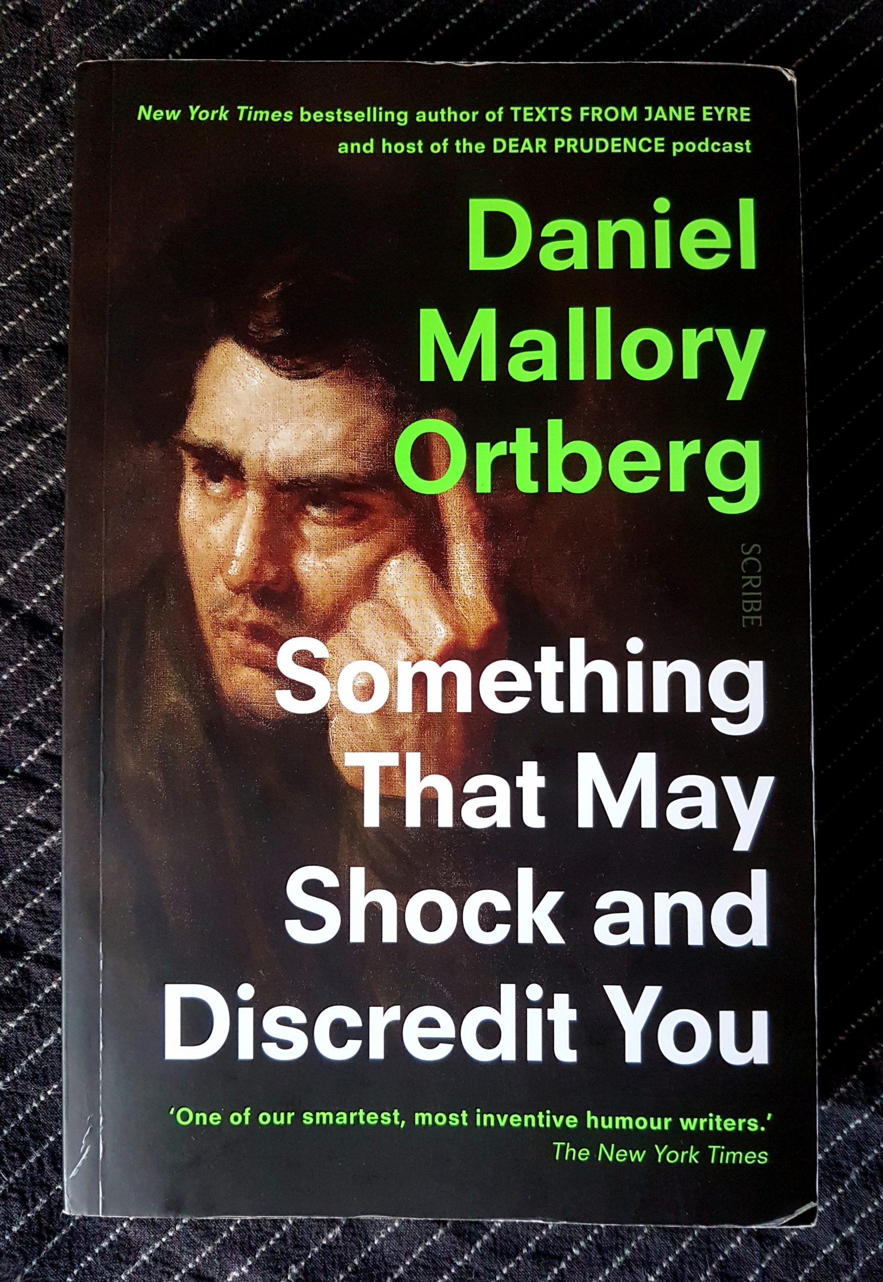 Buchdeckel von »Something that may Shock and Discredit You« von Daniel Mallory Ortberg. Das Gesicht eines nachdenklichen mittelalten dunkelhaarigen weißen Mann in Öl gemalt. Daneben in weiß der Titel und hellgrün der Autor.