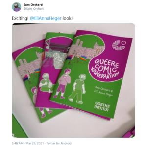 Screenshot eines Tweets von Sam Orchard, er schreibt »Exciting, @IlliAnnaHeger look!«. Drei der Comics auf einem Haufen. Der Buchdeckel ist in magenta und grün gedruckt. Er zeigt unsere Namen, den Titel »Queere Comic Konversation« und die Comicfiguren, die uns darstellen.