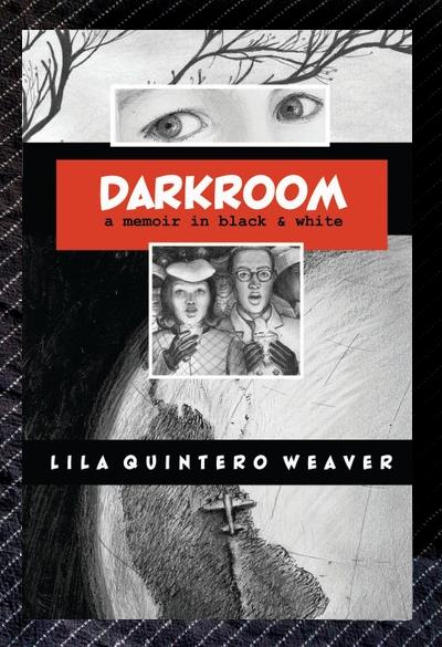 Buchdeckel von »Darkroom - a memoir in black & white«, der Titel in einem roten Kasten, von Lila Quintero Weaver. Dahinter schwarz-weisse Illustrationen, blätterlose Äste, nachdenkliche Kinderaugen, ein hetero Paar mit Kerze singt und ein Ausschnitt der Erde, ein Flugzeug fliegt entlang der Anden.