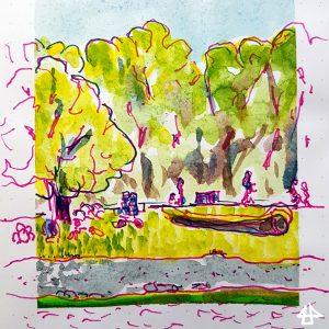 Zeichnung mit pinkem und blauem Fineliner, mit grün aquarelliert: Bäume und Menschen im Frühling an der Isar mit ihrem Steinchenstrand, auf der Wiese ein alter Baumstamm.