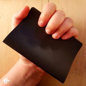 Foto meines schwarzen Skizzenbuch, kleiner als A6, in meiner Hand.