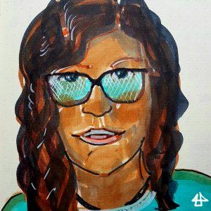 Filzstiftzeichnung eines Portraits: Person hat dunkelbraune lockige Haare eine große dunkel gerahmte Brille und ein leichtes Lächeln auf den Lippen.