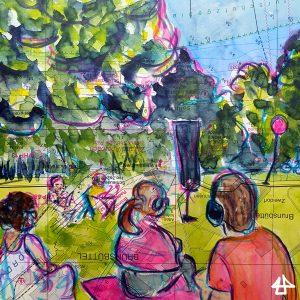 Aquarellierte Buntstiftzeichnung: Menschen mit Kopfhörern sitzen auf einer Decke und schauen konzentriert zu zwei Menschen auf einer Wiese am Mikrofon. Dahinter Baumwipfel, Gras und ein festgebundener roter Luftballon im Wind.