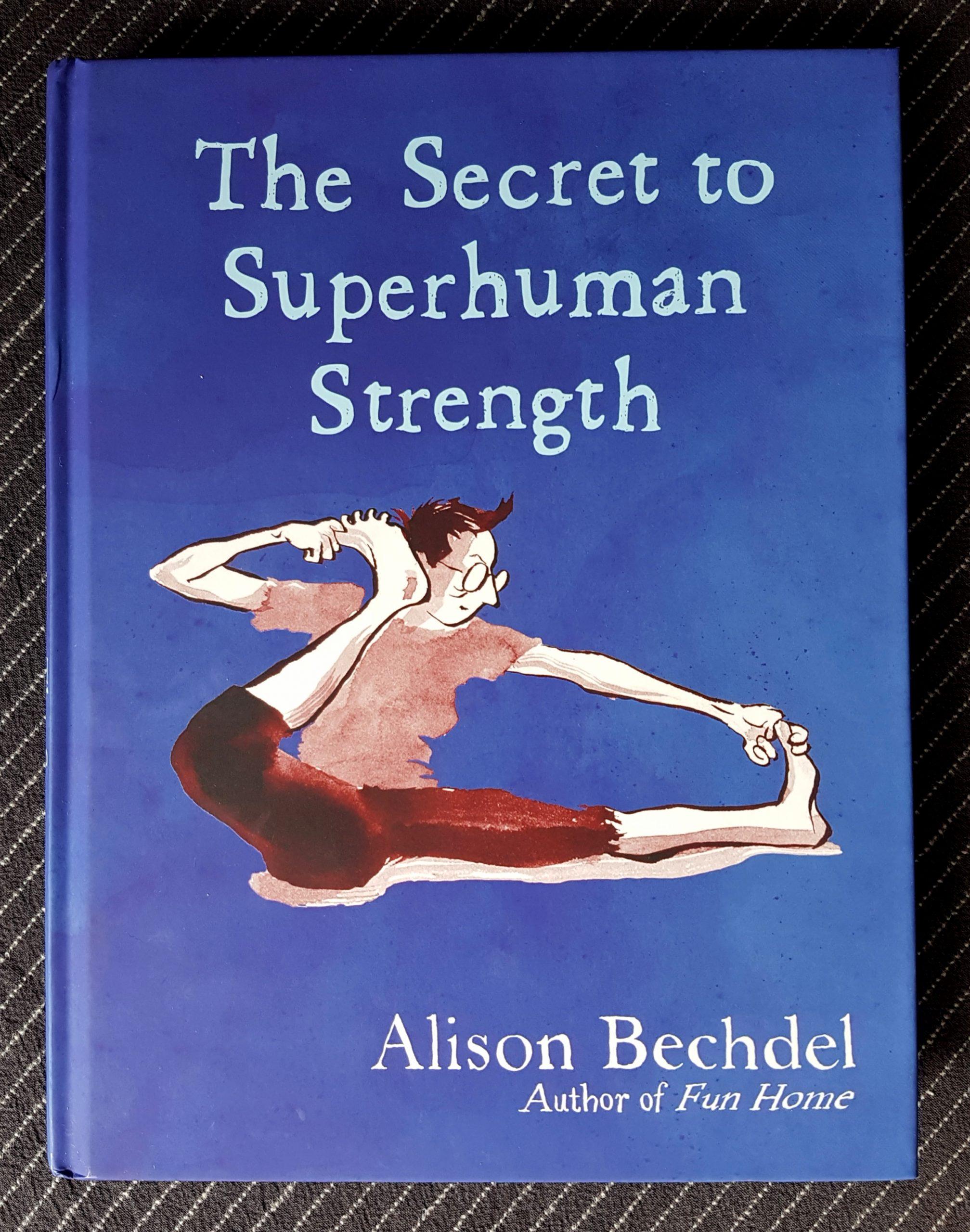 Buchdeckel von »The Secret to Superhuman Strength« von Alison Bechdel. Eine gezeichnete weiße Person mit mit kurzen dunklen Haaren macht sitzend Dehnungsübungen für die Beine. Beschriftungen sind weiß auf blauem Grund.