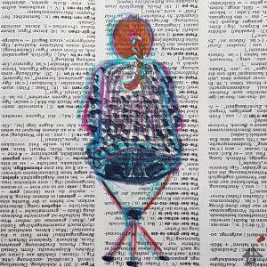 Kolorierte Buntstiftzeichnung auf Wörterbuchpapier: Rückenansicht einer Person, die auf einem Dreifuß-Hocker sitzt.
