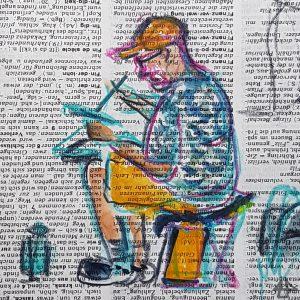 Kolorierte Buntstiftzeichnung auf Wörterbuchpapier: Seitenansicht einer zeichnenden Person auf einem Campinghocker mit hellen Shorts, blau gemustertem Hemd und heller Kappe.