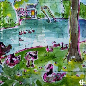 Finelinerzeichnung mit Aquarell. Einige Gänse schlafen auf dem Gras am Ufer, andere schwimmen noch auf dem See. Im Hintergrund die Zuschauertribüne des Freiluftkinos.