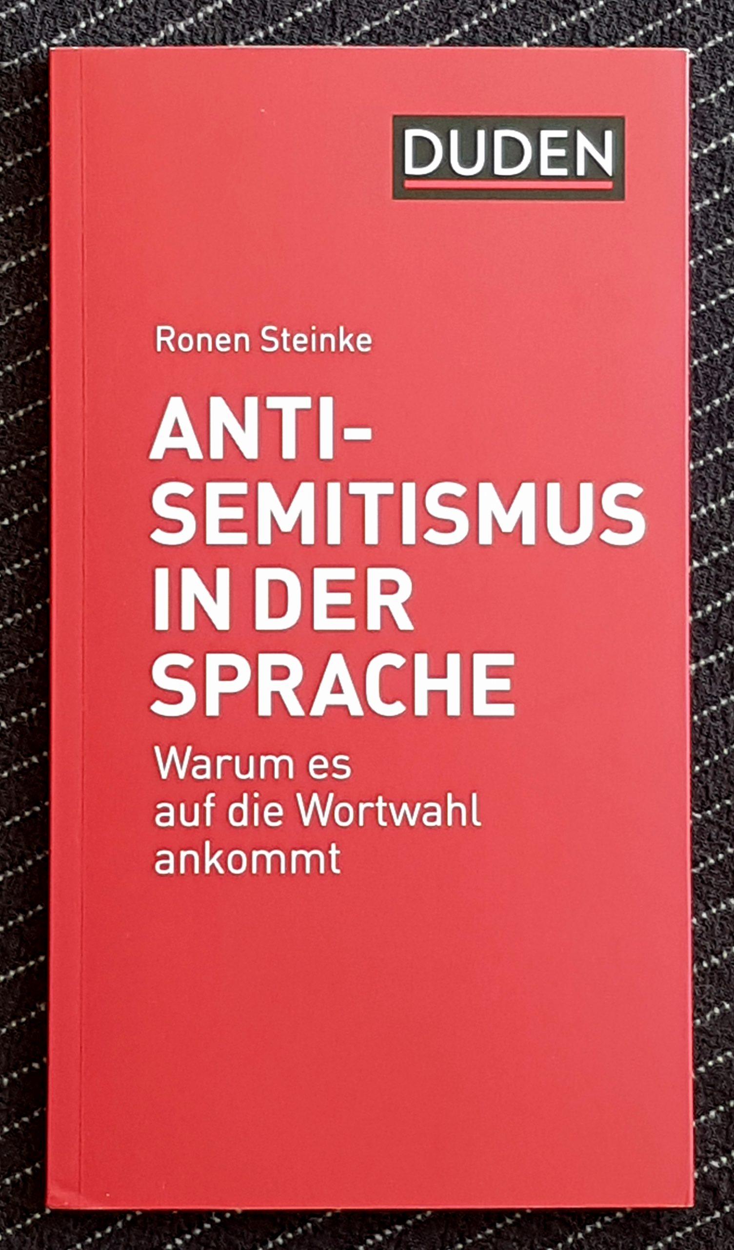 Foto des Buchdeckels. Roter Einband, weiß in schwarzem Kasten steht 'Duden', darunter in weiß der Autorenname Ronen Steinke und der Titel: 'Antisemitismus in der Sprache - Warum es auf die Wortwahl ankommt' .