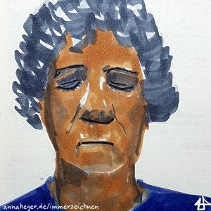 Koloriertes, gezeichnetes Porträt: Person mit grauen lockigen Haaren bis übers Ohr, schaut mit geschlossen Augen entspannt nach unten. Um den Mund sind Falten und das Oberteil mit rundem Ausschnitt ist lila.