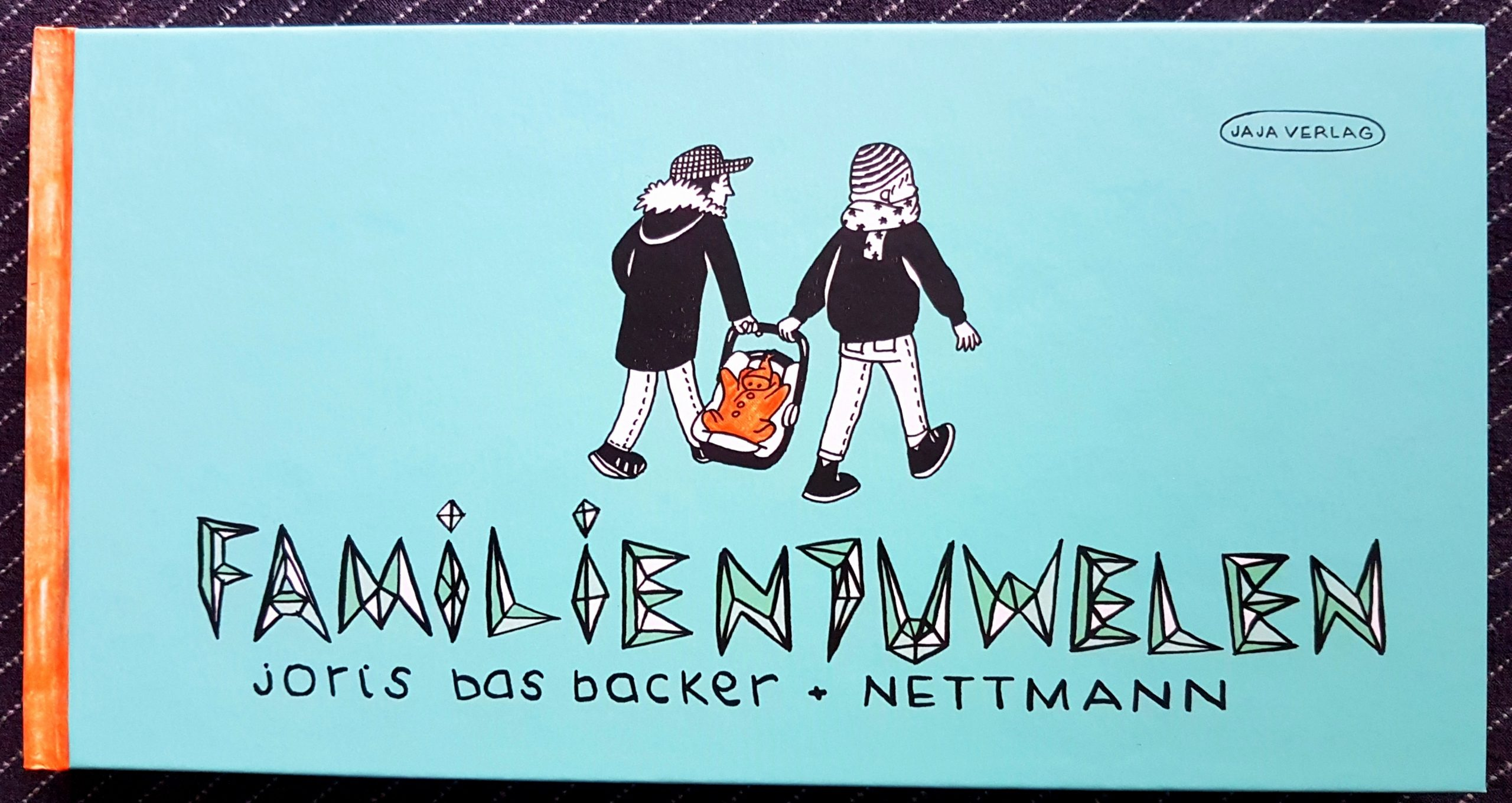 Buchdeckel von »Familienjuwelen« von Joris Bas Backer und Nettman. Der Hintergrund ist Pastell-Türkis. Der Titel ist nur in Großbuchstaben geschrieben, die aus Dreiecksformen zusammengesetzt sind. Darunter auch handgezeichnet, die Autoren. Darüber zwei Menschen in dunklen Jacken, hellen Hosen und dunklen Schuhen, die gemeinsam ein Kind in einem Autositz tragen, es hat einen orangefarbenden Schneeanzug an. Oben Links der Schriftzug Jaja Verlag in einem Kreis.