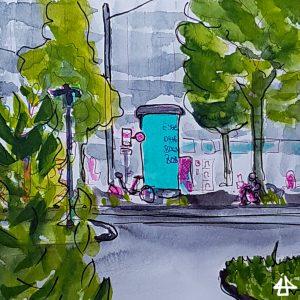 Fineliner-Zeichnung mit Aquarell: Eine Litfaßsäule mit türkisfarbenen Plakatierung, daneben ein Fahrrad, eine Person am Handy auf einem niedrigen Geländer sitzend unter einem Baum. Im Hintergrund Geschäfte im Vordergrund ein grünbewachsenes Stück Bordstein, auf der Straße eingelassene Tram-Schienen und ein großes Gebüsch was die linke Seite des Bildes abdeckt.